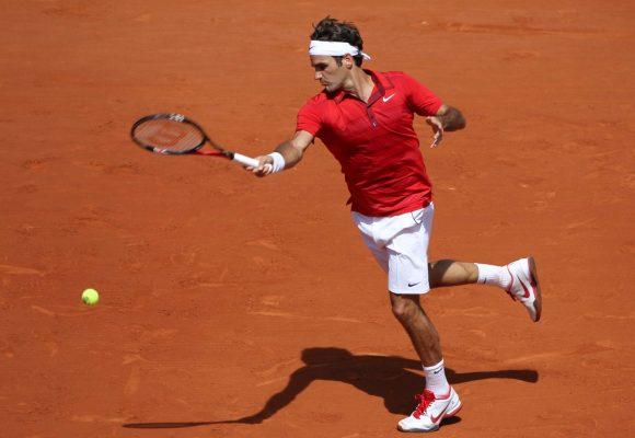 RGR04 PARÍS (FRANCIA), 29/5/2011. El tenista suizo Roger Federer devuelve una bola a su compatriota Stanilas Wawrinka en los octavos de final del torneo de Roland Garros que se disputa en París (Francia) hoy, domingo, 29 de mayo de 2011. EFE/Kerim Okten