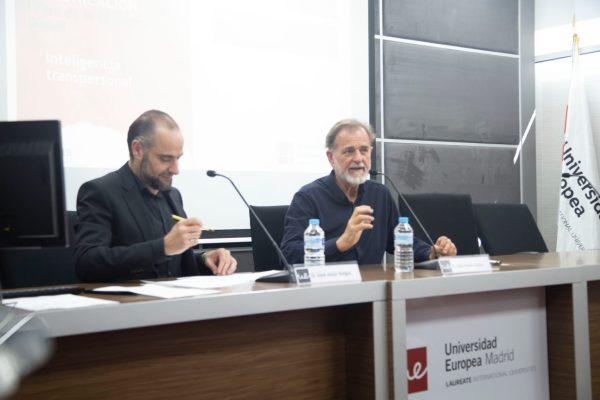 A la derecha, José María Doria, Fundador de la Escuela Española de Desarrollo Transpersonal. A la izquierda, el profesor de la UEM José Jesús Vargas.