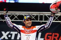 El piloto Toni Bou se ha proclamado vencedor en la cuarta prueba del campeonato del mundo de X-Trial celebrada esta noche en el Palacio de Deportes de Granada. EFE / PEPE TORRES