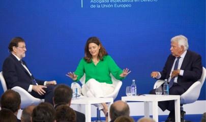 """Mariano Rajoy y Felipe González durante la conversación """"tres miradas sobre España"""", moderada por Miriam González. Europea Media / Alexis Peños."""
