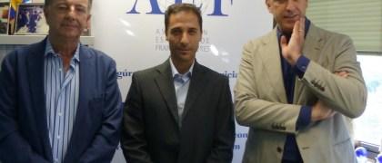 En el centro, el profesor de la UE, Javier Pérez Expósito