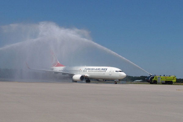 Water cannon salute for Turkish Airlines at Karlsruhe/Baden-Baden airport (© Baden Airpark)