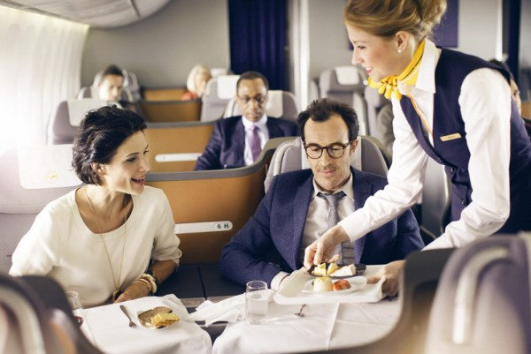 Restaurantservice bei Lufthansa in der Business Class (© Lufthansa)