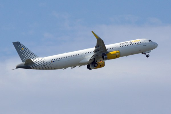 Vueling Airbus A321-200 im Steigflug (© O. Pritzkow)