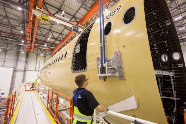 Vordere Rumpfsektion des ersten A350-1000 in SHamburg (© Airbus)