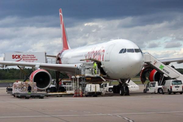 Ein Airbus A330 der Air Berlin wird für den nächsten Flug vorbereitet (© O. Pritzkow)