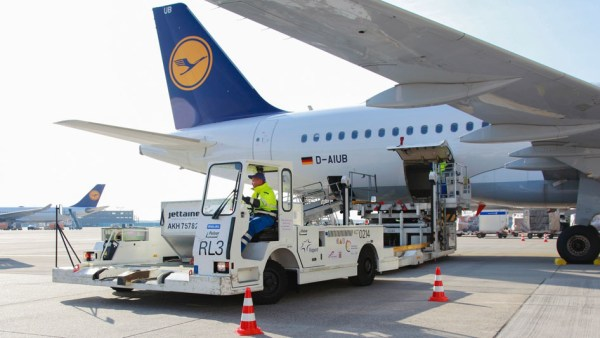 Emissionsarme Flugzeugabfertigung mit elektrischem Container-Transporter (© Fraport)