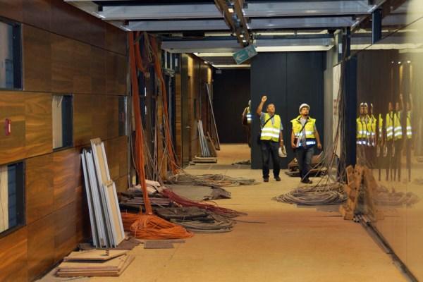 Arbeiter kontrollieren die Kabelverlegung im BER-Terminal (© O. Pritzkow)