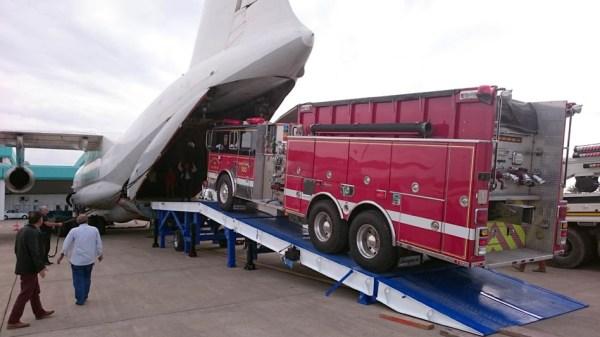Verladung eines Feuerwehrautos in eine Il-76 (© ACS)