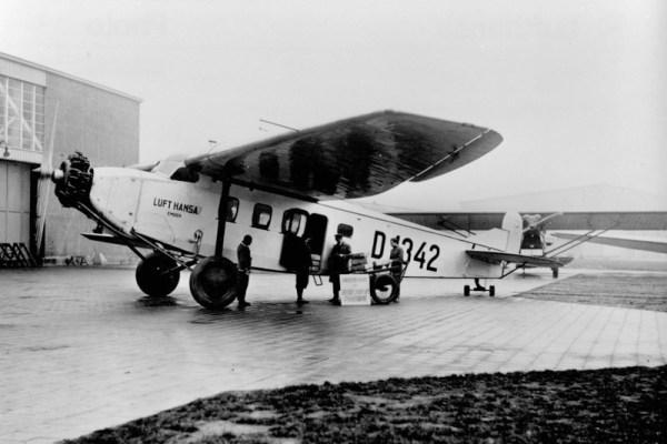 Verladung von Küken in eine Fokke-Wulf A17a der Lufthansa um 1930 (© LH)