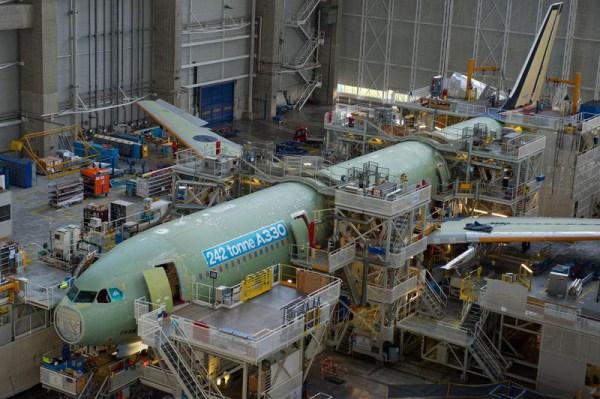 Erster Airbus A330 mit 242 Tonnen Startgewicht in der Endmontagelinie (© Airbus)
