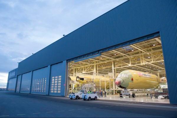 Der Rumpf eines A350-1000 XWB wird in die Endmontagelinie bugsiert (© Airbus)
