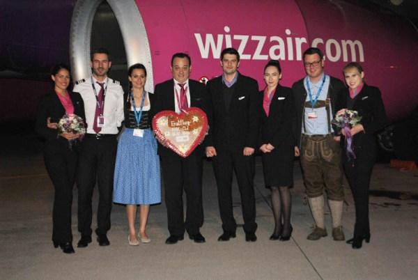 Herzlicher Empfang für die Crew des Erstflugs von Memmingen nach Cluj-Napoca (© Allgäu Airport)