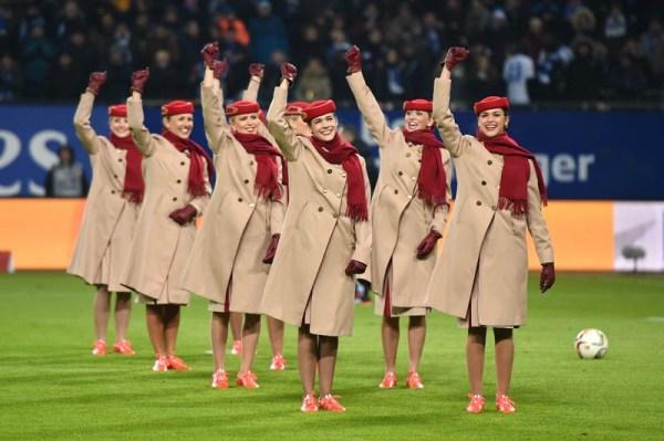 Flugbegleiterinnen der Emirates im HSV-Stadion (© Emirates)