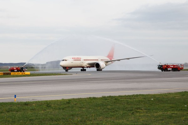 Der Erstflug mit dem Dreamliner von Air India wurde mit einem Water-Salute am Flughafen Wien begrüßt.