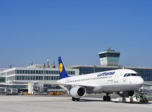Flugzeug der Lufthansa am neuen T2-Satellitengebäude (© A. Friedel/FMG)