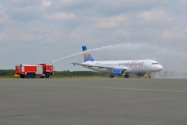 Begrüßung der Small Planet Airlines am Flughafen Paderborn
