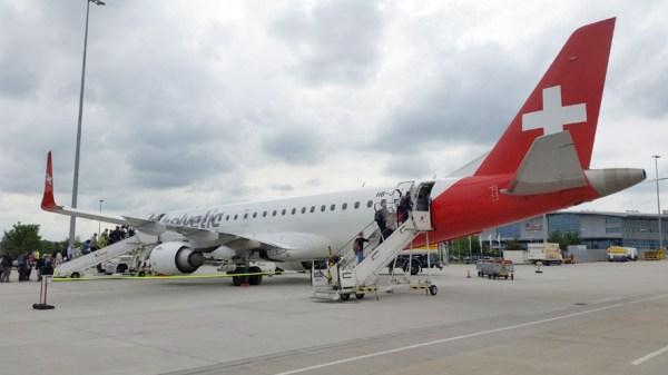 Embraer 190 der Helvetic Airways am Flughafen Rostock-Laage (© Rostock Airport)