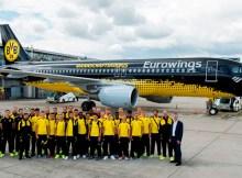 Spieler des BVB vor ihrem Mannschaftsairbus (© Eurowings)