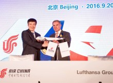 Song Zhiyong (li), Präsident der Air China, und Carsten Spohr (re), CEO Lufthansa