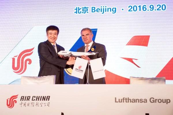 Song Zhiyong (li), Präsident der Air China, und Carsten Spohr (re), CEO Lufthansa