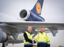 Christian Reuter, Generalsekretär des Deutschen Roten Kreuzes und Peter Gerber, Vorstandsvorsitzender der Lufthansa Cargo