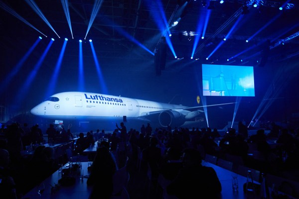 Roll-In des ersten A350 der Lufthansa (© O. Rösler/LH)