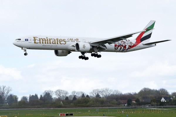 Emirates Boeing 777-300ER im neuen HSV-Look (© Emirates)