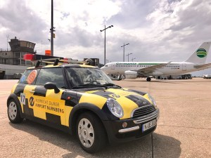 Follow-me-Mini und Germania am Flughafen Nürnberg (© NUE Airport)
