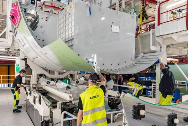 Montage des Rear Centre Tank am ersten A321XLR (Foto: Airbus)