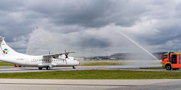 Begrüßung durch die Flughafenfeuerwehr (Foto: O. Sorg, Hamburg Airport)