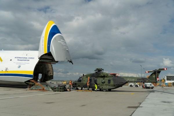 Entladen eines NH-90 der Bundeswehr (Foto: Leipzig/Halle Airport, Uwe Schoßig)