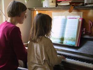 Kind lernt Klavierspielen (Foto: Rainer Sturm/pixelio.de)