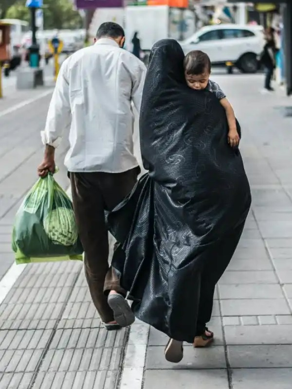 man in white dress shirt holding green plastic bag 2021: Zehn Konflikte