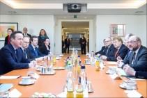 Ο Βρετανός πρωθυπουργός Ντέιβιντ Κάμερον, σε συνάντηση με τον πρόεδρο του ΕΚ Μάρτιν Σουλτς και τους επικεφαλής των πολιτικών ομάδων. (Φεβρουάριος 2016)