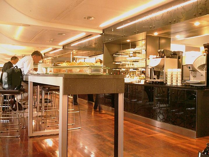 Eurostar lounge London - drinks and buffet area