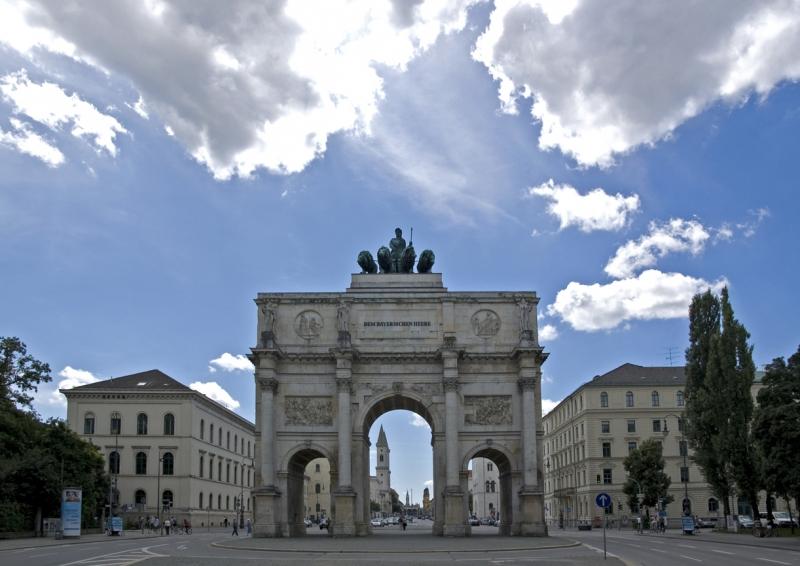 Monumentos en m nich for Puerta la victoria