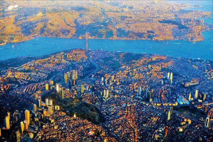 La vista en la parte europea y asiática de Estambul con el Bósforo entre ellos