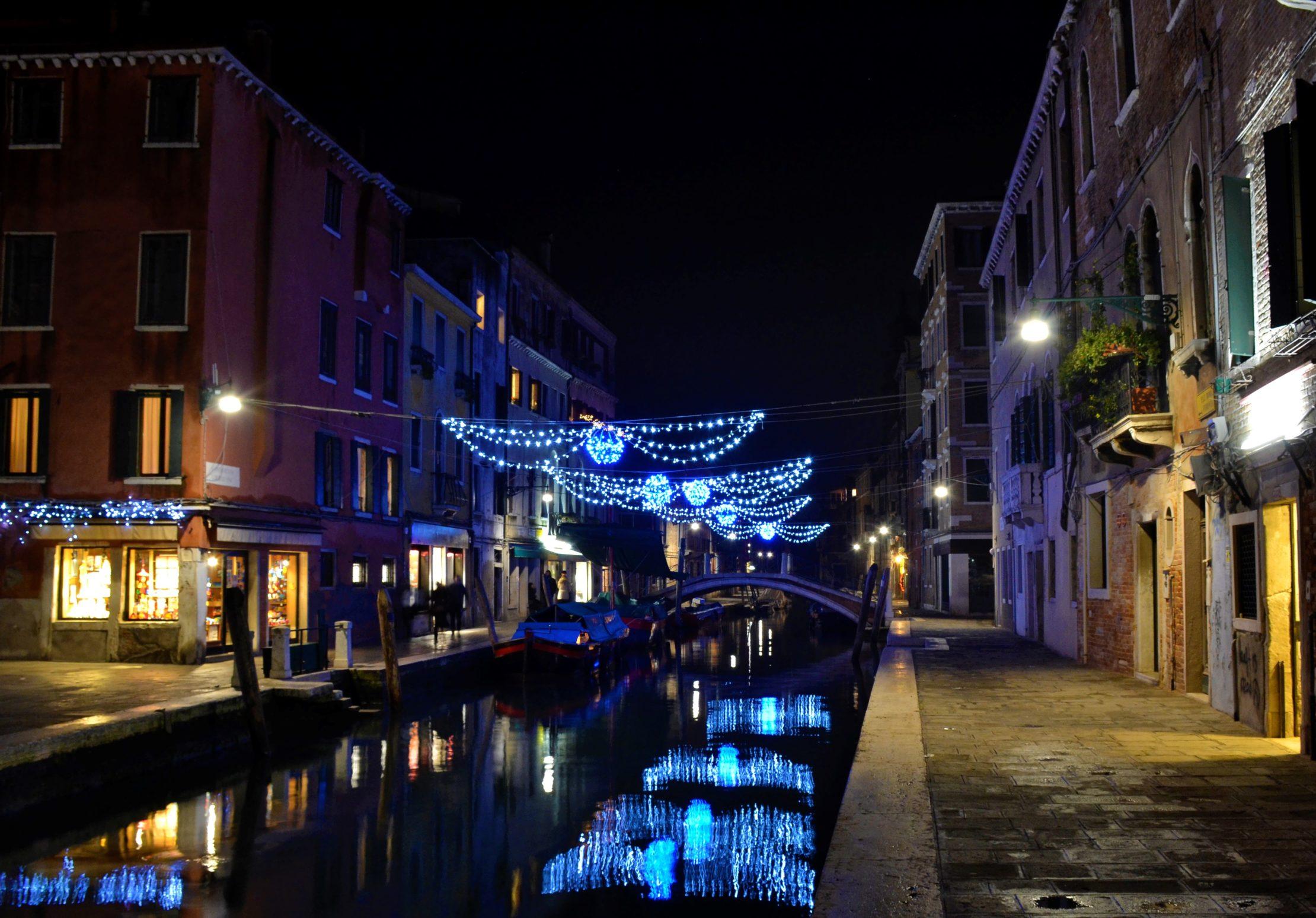 Canales de Venecia iluminados durante la Navidad