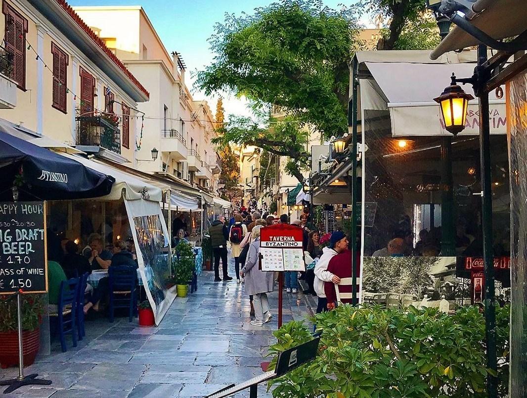 Comer en el Barrio Plaka en Atenas
