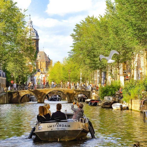 Viajar en un crucero por los canales de Ámsterdam