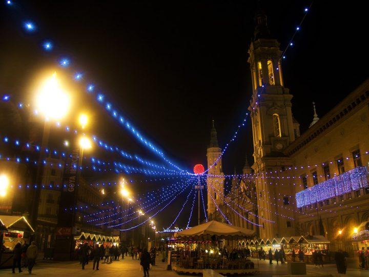 Mercado de Navidad de Zaragoza, Espana - de fondo la fabulosa plaza del Pilar