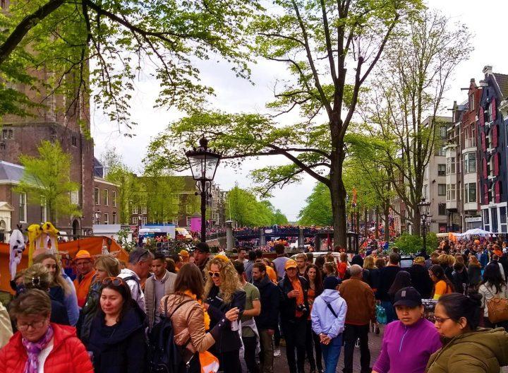 Multitudes durante el Día del Rey en Ámsterdam