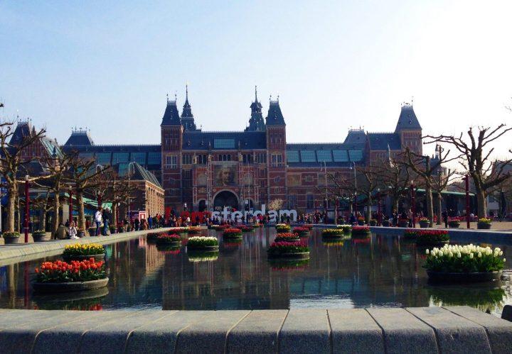 Rijksmuseum en Ámsterdam con Tulipanes