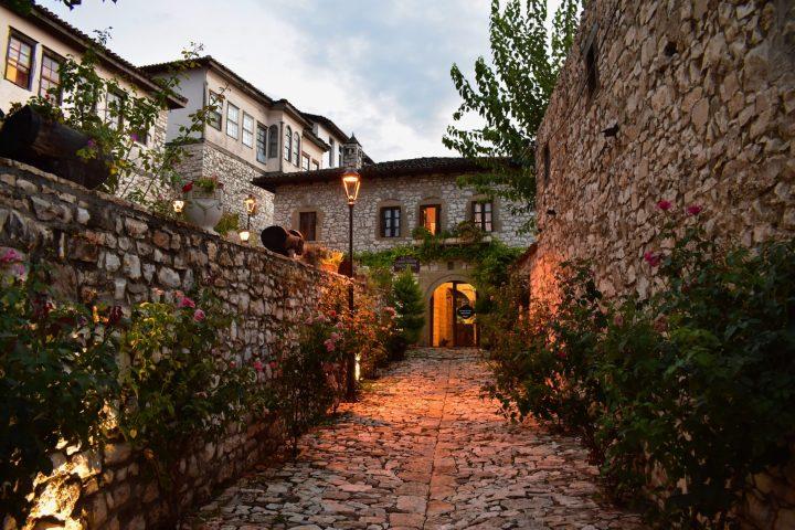 Calles y viviendas en el castillo de Berat
