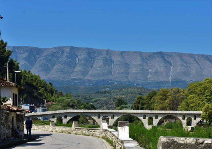 Puente otomano de Gorica en Berat y palabra NEVER