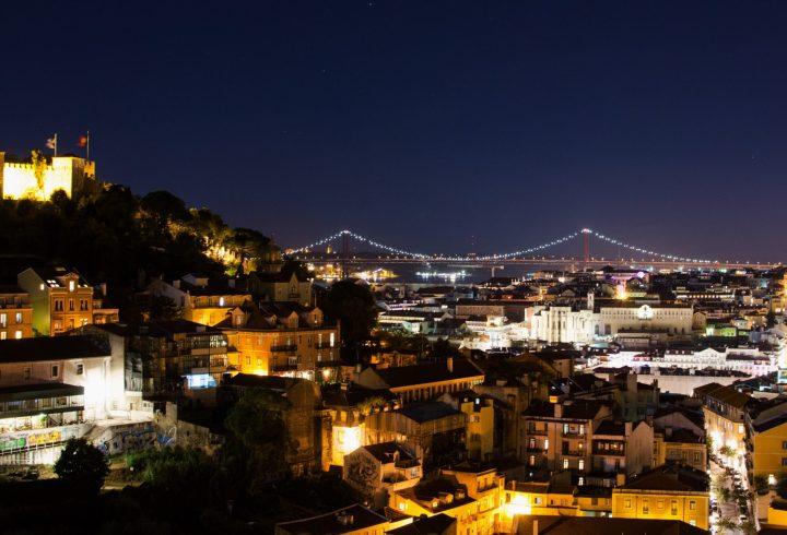 Vista nocturna desde un mirador en Lisboa