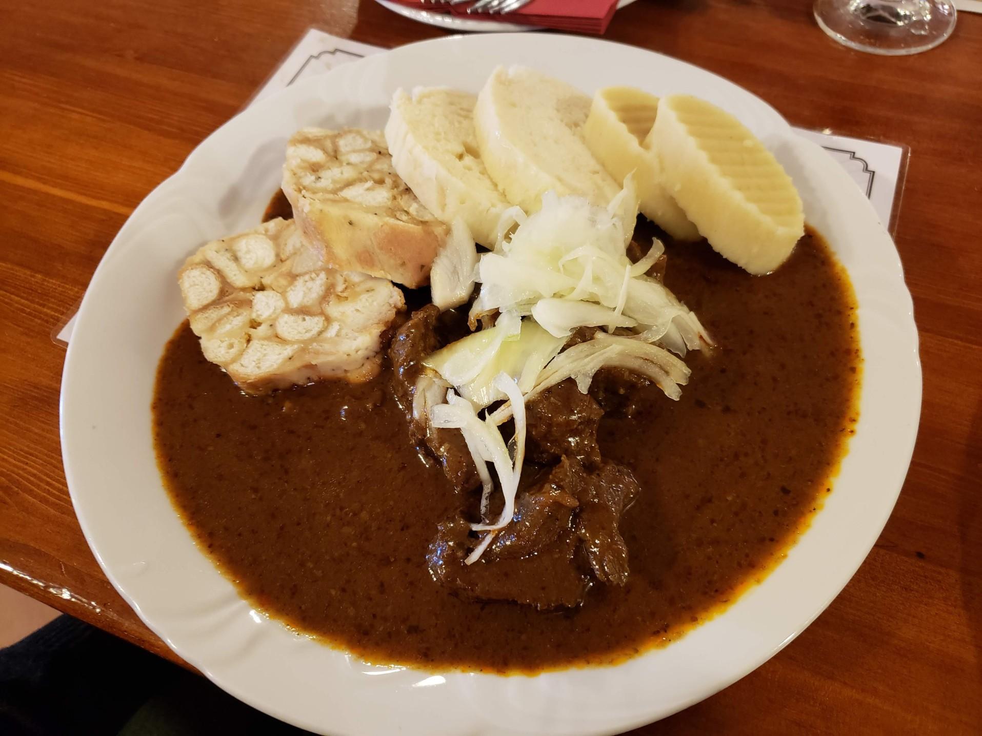 Guláš - estofado de cerdo con dumplings de pan y patatas