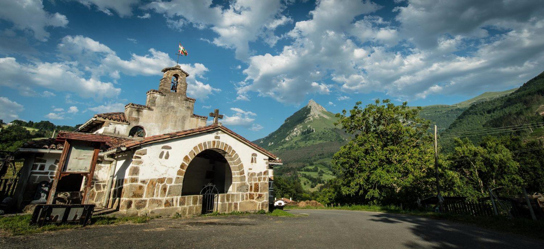 Ermita de Saturdi con Vistas al Txindoki