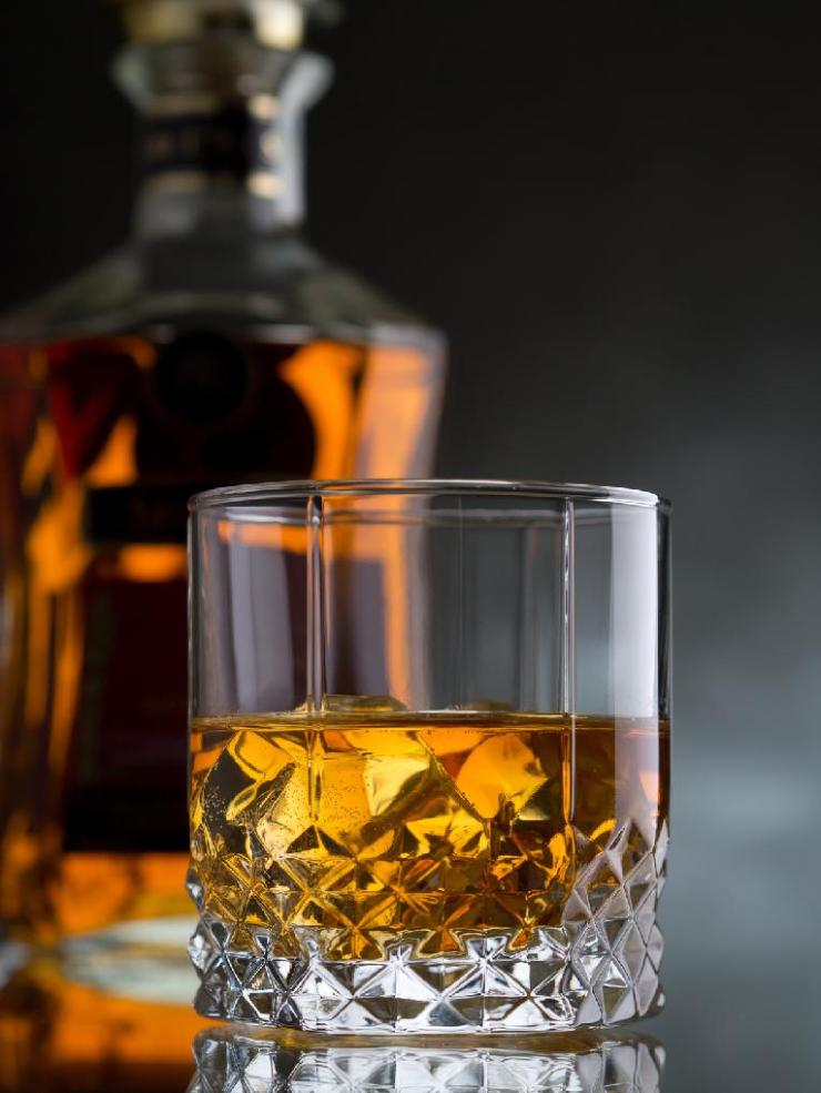 whisky-on-the-rocks-62527202